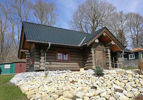 """Naturstammhaus """"Weekender I"""" in Ebenholz AntikWood dunkel gestrichen."""