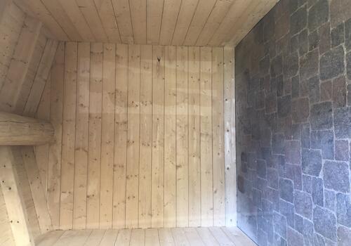 Innenansicht Halbstamm Blockhaus als Gartenhaus