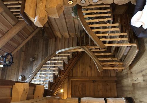 Naturstammhaus Treppenaufgang