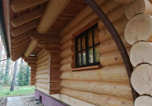 Kanadisches Blockhaus mit außenliegender Fußpfette