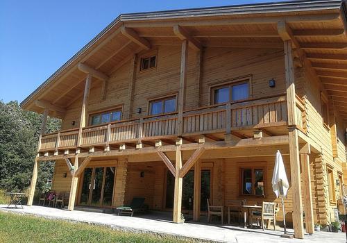"""Unser Blockhaus """"Pine Huntin Lodge"""" - Eckverbindung in Schwalbenschwanz, dazu besäumte Wände."""