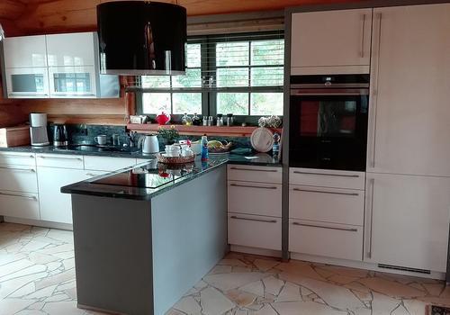 Küche in einem Naturstammhaus | DIE BLOCKHAUSBAUER in Sachsen