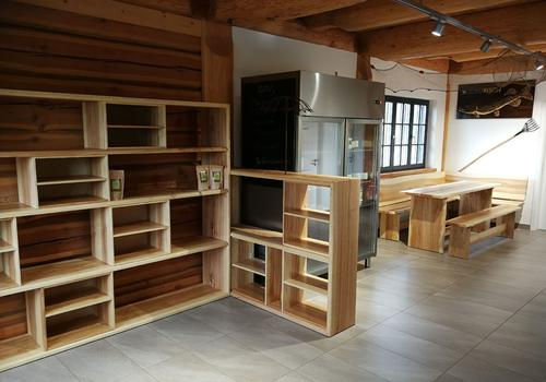"""Innenansicht des Post & Beam Blockhaus """"Blackfoot"""" - Das Verkaufsregal haben wir in Esche gefertigt"""