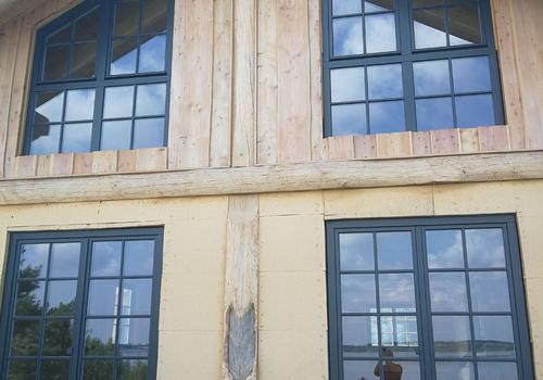 """Post & Beam Blockhaus """"Blackfoot"""" - Giebel zur Seeseite"""