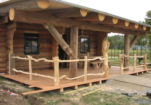 Die Blockhausbauer - Eine große Terrasse lädt bei diesem Halbstammblockhaus zum verweilen ein