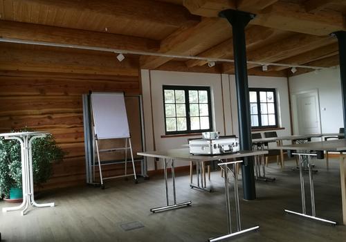"""Innenraum als Seminarraum im Post & Beam Blockhaus """"Blackfoot"""""""