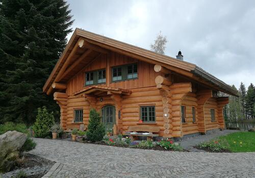 Blockhaus_Naturstammhaus_Dieses Referenzhaus kann man auf Anfrage gern besichtigen