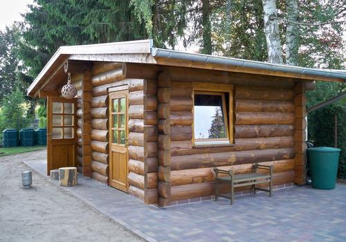 Die Blockhausbauer - Auch für kleine Gärten eignet sich ein Halbstammblockhaus gut