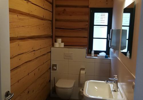 Bad / WC in einem Post & Beam Blockhaus
