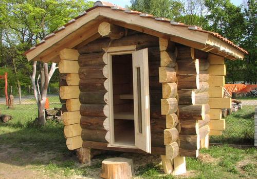 Die Blockhausbauer - Kleine Sauna in Halbstammbauweise