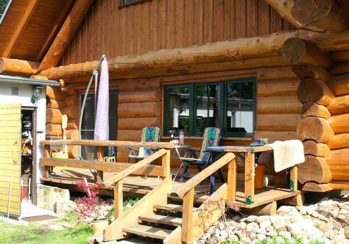 Die Blockhausbauer - Naturstamm - Blockhaus mit kleiner Terrasse
