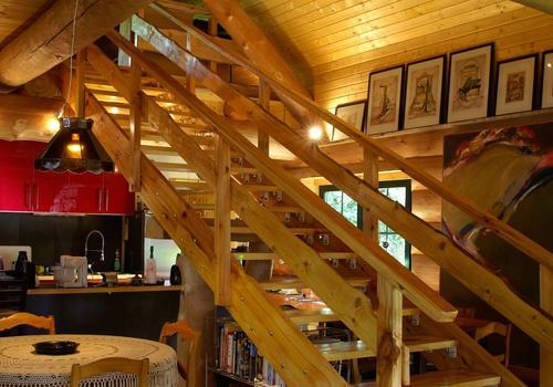 Treppe in einem Blockhaus