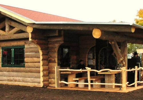 Die Blockhausbauer - Halbstammblockhaus als Gasthaus
