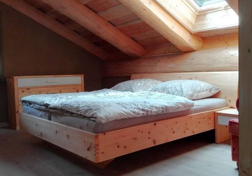 Die Blockhausbauer - Wohnbeispiel in einem Blockhaus. Im OG wurde ein Schlafzimmer eingerichtet.