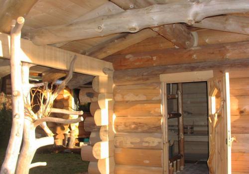 Die Blockhausbauer - Halbstammsauna mit ausgefallenen Details