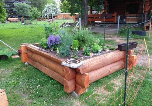 Die Blockhausbauer - Auch für ein Hochbeet im Garten eignet sich der Halbstammblockhausbau