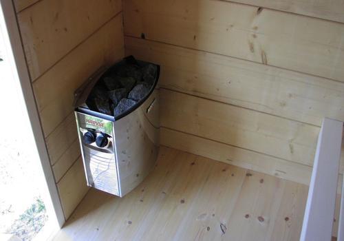 Die Blockhausbauer - Elektrischer Saunaofen in einer Halbstammsauna