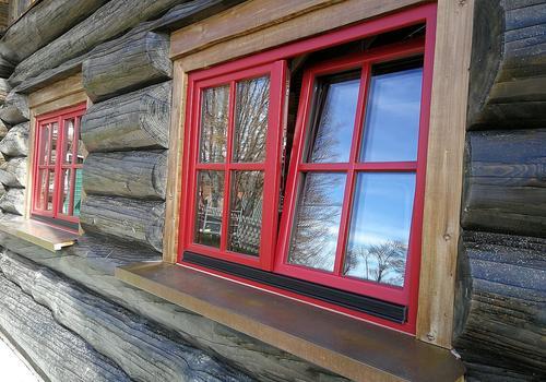 Anstrich eines Naturstammhaus im Farbton Ebenholz - AntikWood