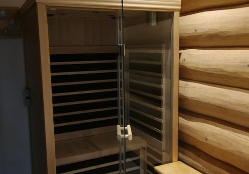 Infrarot Saunakabine in einem Blockhaus Bad