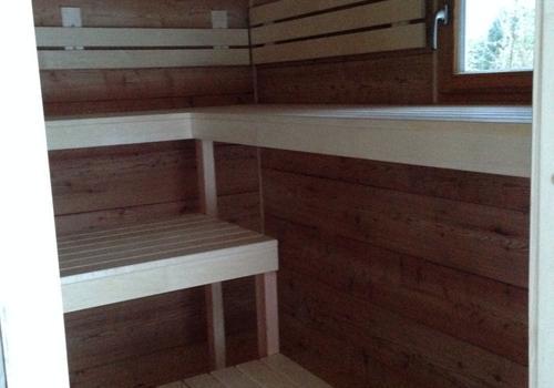 Die Blockhausbauer - Saunabänke in einer Halbstammsauna