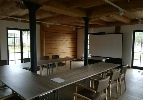 """Innenraum als Seminarraum im Post & Beam Blockhaus """"Blackfoot"""" - Bild 2"""