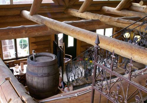 Die Blockhausbauer - Naturstamm - Deckenbalken, eingebunden in der Blockwand
