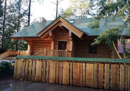 """Naturstammhaus """"Tucker"""" - Blick auf den Eingangsbereich"""